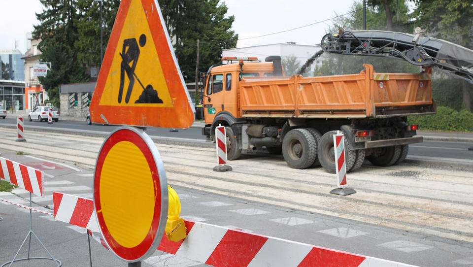 Varnost v prometu: za te projekte bo vlada namenila skoraj 400 milijonov evrov