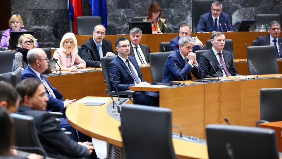 Ustavna obtožba zoper Šarca pričakovano padla. Novi ombudsman Peter Svetina, podpredsednik vrhovnega sodišča pa Miodrag Đorđević.