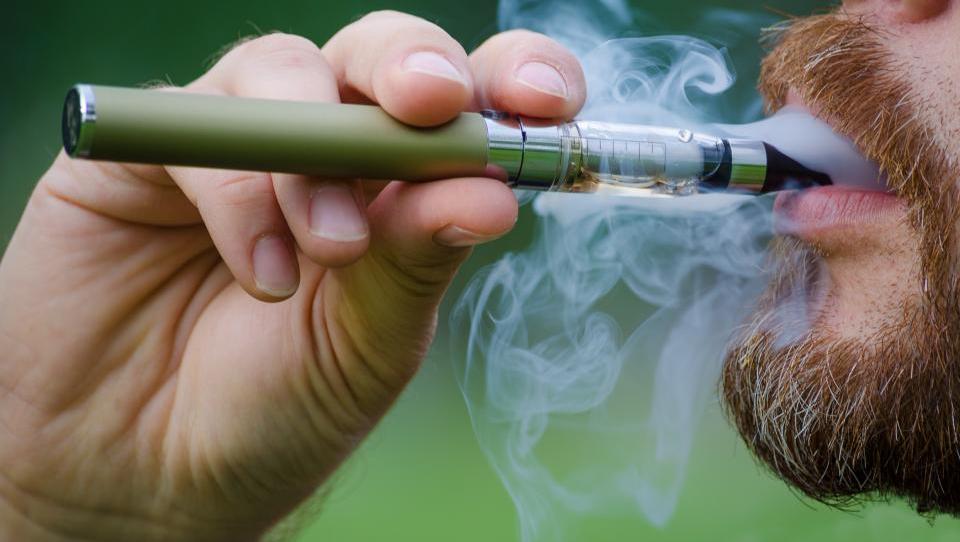 Elektronske cigarete res pomagajo pri odvajanju od kajenja?