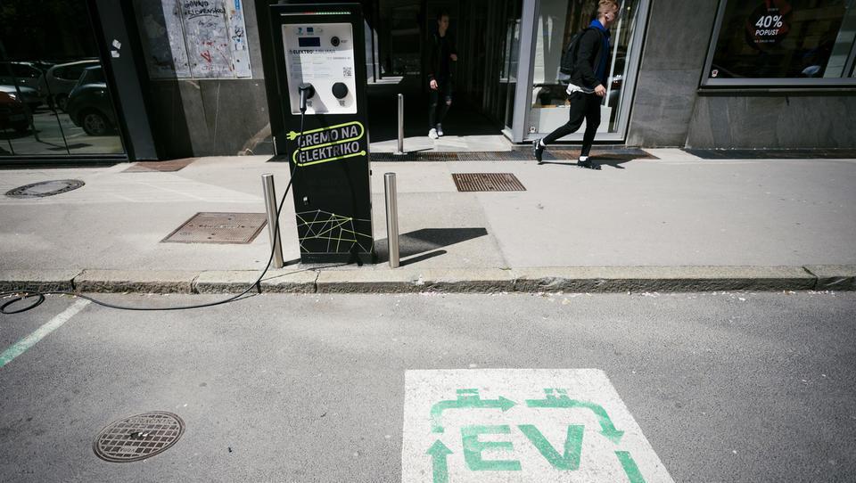 Subvencije za e-avte: Eko sklad na eni, avtomobilisti na drugi strani