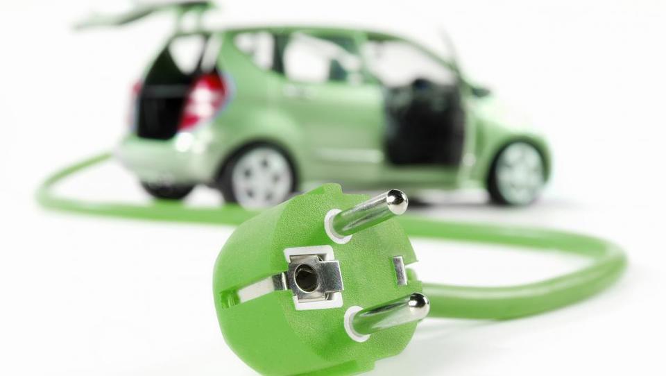 Statistika zavaja, na slovenske ceste prihaja invazija električnih avtov