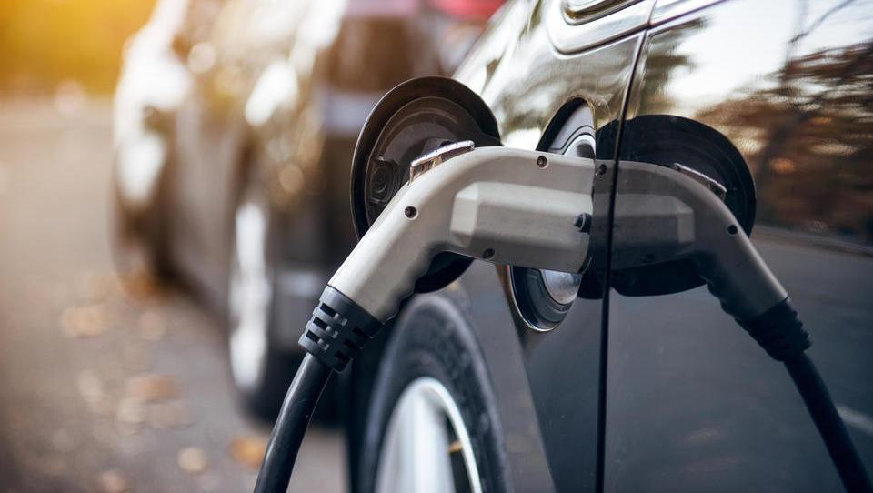 Letos več denarja za subvencije električnih avtov in slabši pogoji za priključne hibride