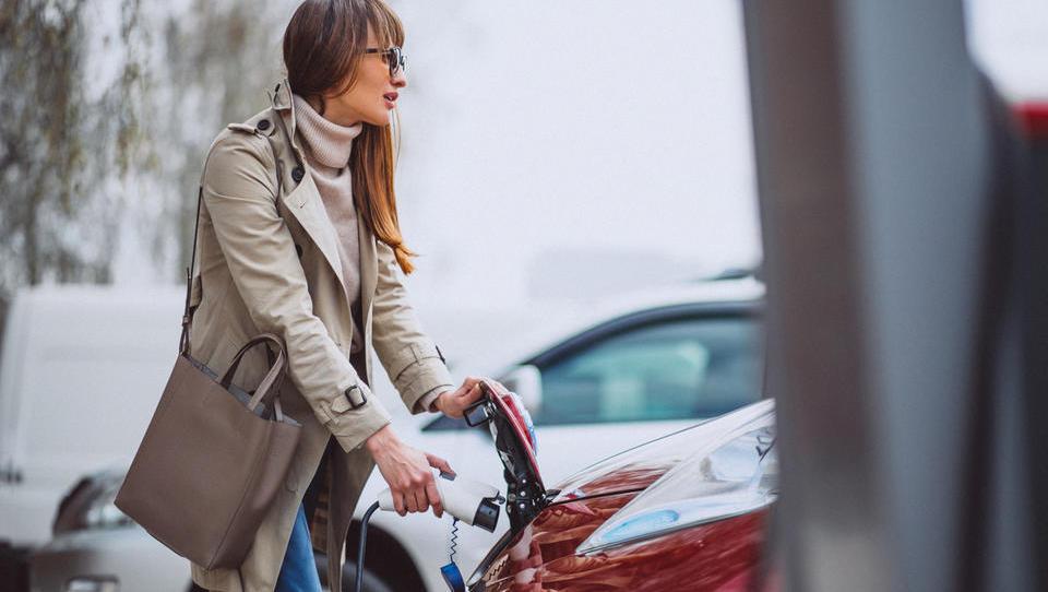 Znižane subvencije za električne, nične za priključno-hibridne avte (dopolnjeno z novimi cenami)