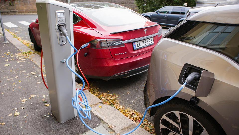 Če bi bili vsi avti v Evropi čez noč električni, bi se izpusti CO2 zmanjšali le za 0,4 odstotka