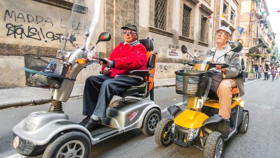 Če subvencioniramo Teslo, ali v blaginji za vse enako subvencioniramo tudi električne vozičke za starejše