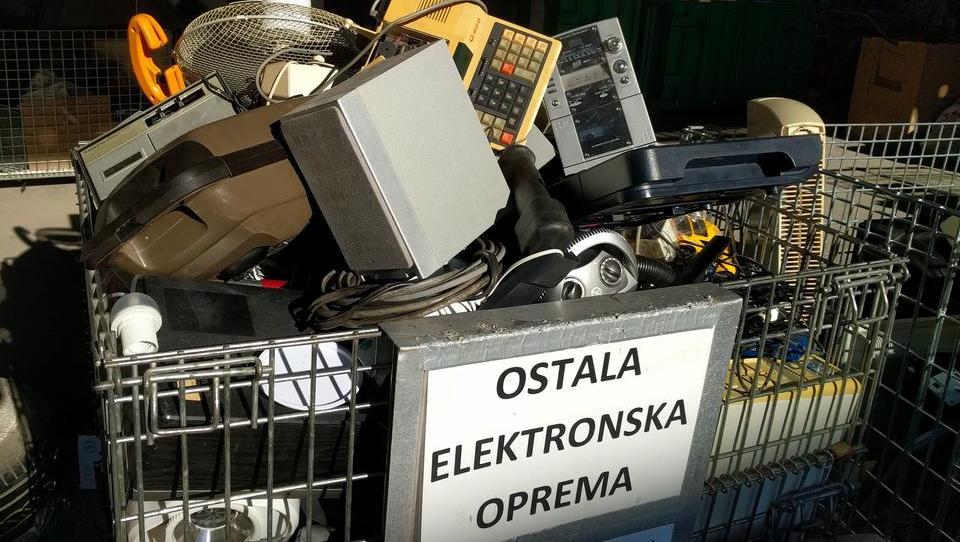 (grafika) Minister Leben, tu imate še en problem: e-odpadki