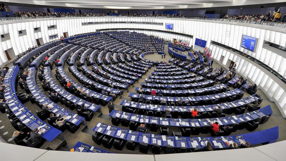 Nove projekcije za evropske volitve: EPP in S&D v mesecu malo pridobili, Šarcu trije sedeži