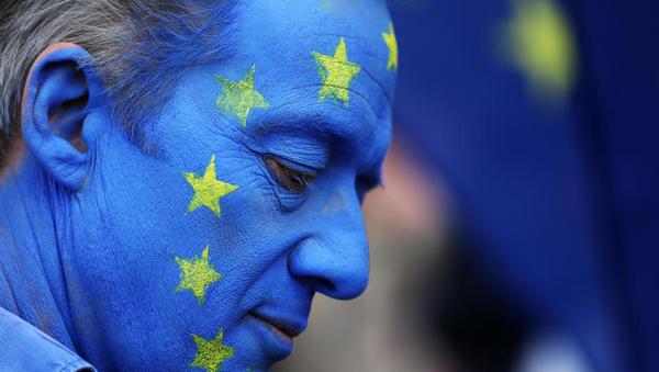 (brexit) Izstopni dogovor v zadnji fazi potrjevanja na otoku; lordi zahtevajo, naj vlada državljanom EU zagotovi pisno dokazilo o njihovem statusu
