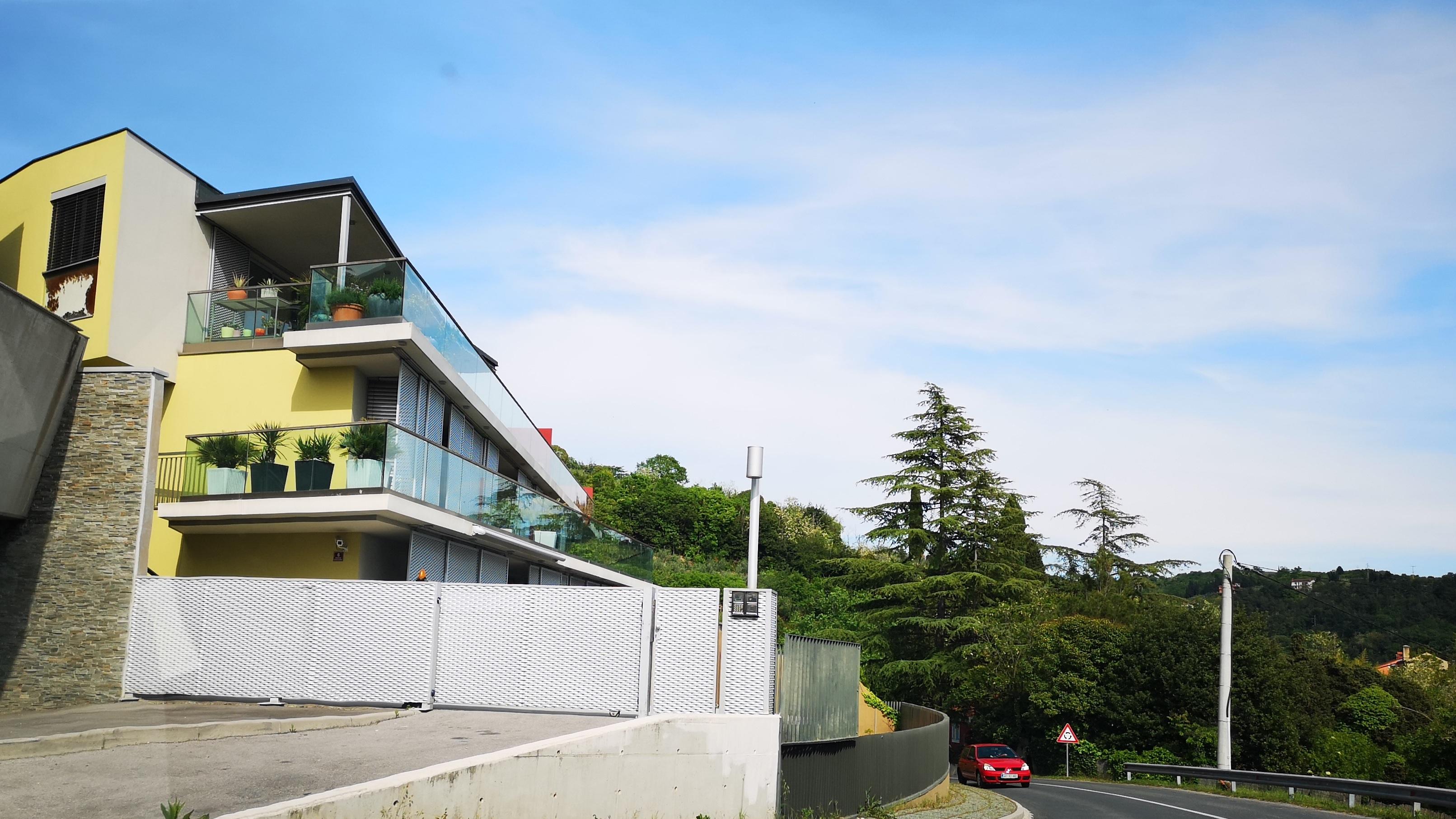 TOP dražbe: stanovanji v Kopru in Ljubljani, apartma na morju, hiša pri Škofljici, Racmanova graščina na Rudniku