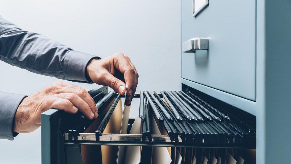 Akti in pogodbe v podjetju, ali jih res potrebujemo?