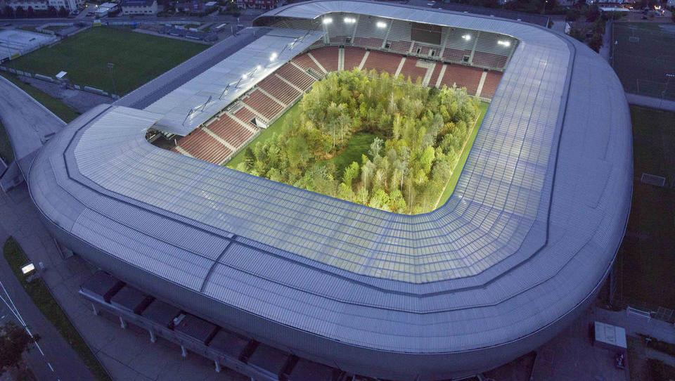 Od nogometa v vitrini do gozda na nogometnem stadionu