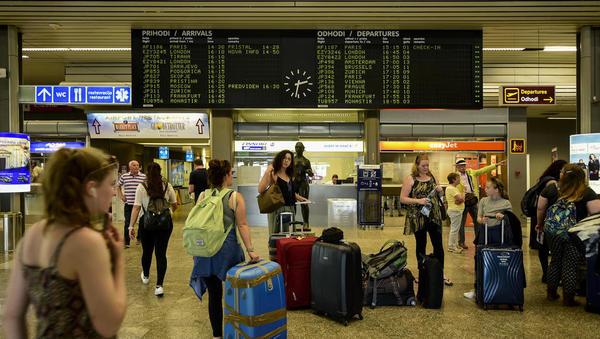 Vas je strah, da bi ostali brez letalske povezave? Kako lahko še letite v Bruselj, Frankfurt, na Dunaj ...