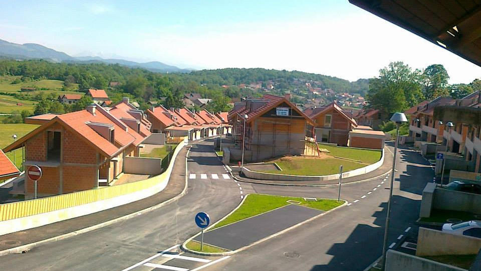 Kako se kupci spopadajo za Jankovićeve hiše na Vrhniki (I. del)