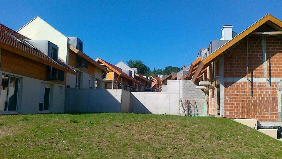 TOP dražbe: Stanovanja in prodajalna v Ljubljani, hiše na Vrhniki, apartma v Novigradu