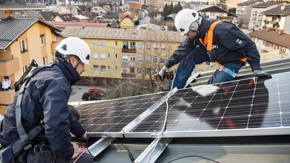 Letos bo novih fotovoltaik trikrat več kot lani; primanjkuje monterjev