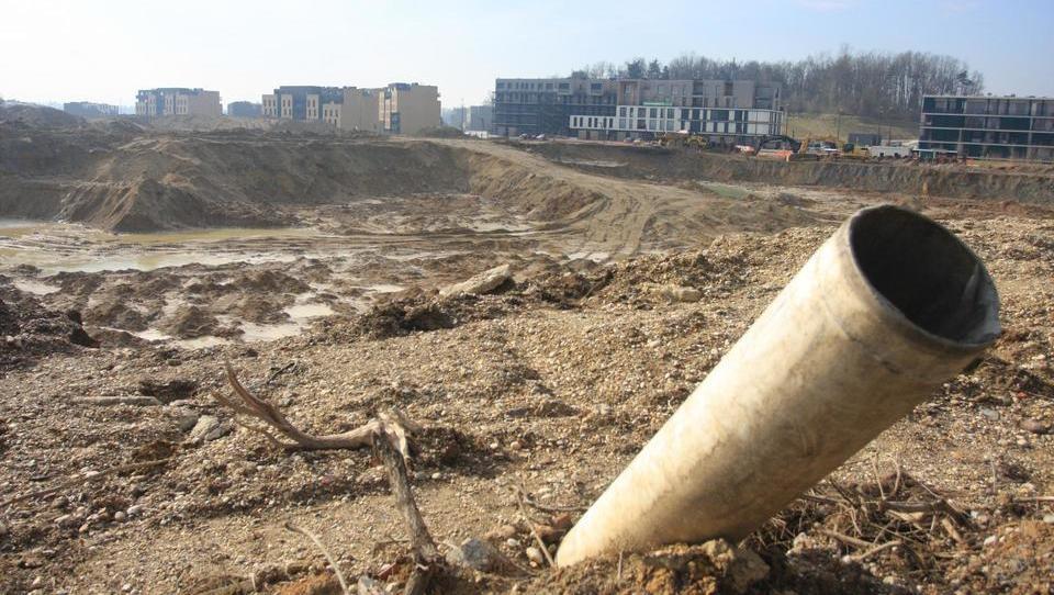 Zakaj bo na Brdu na pol izkopana gradbena jama zevala še dolgo