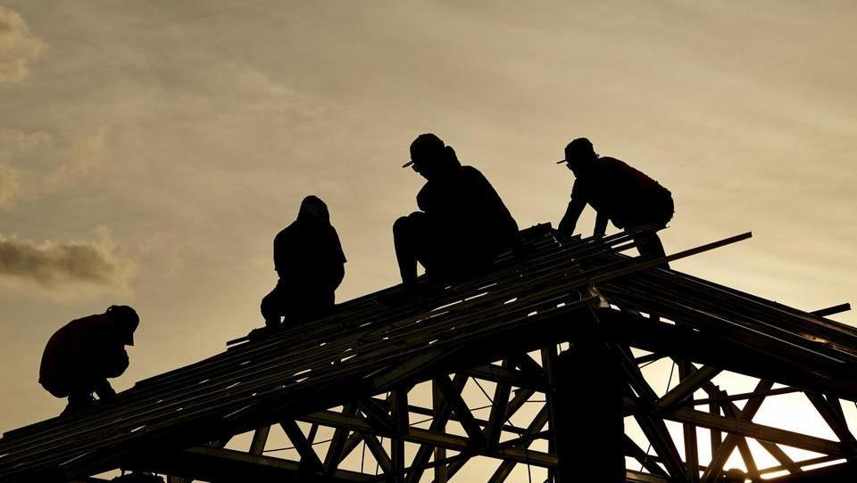 Gradbeniki se hudujejo nad dvigom minimalne plače