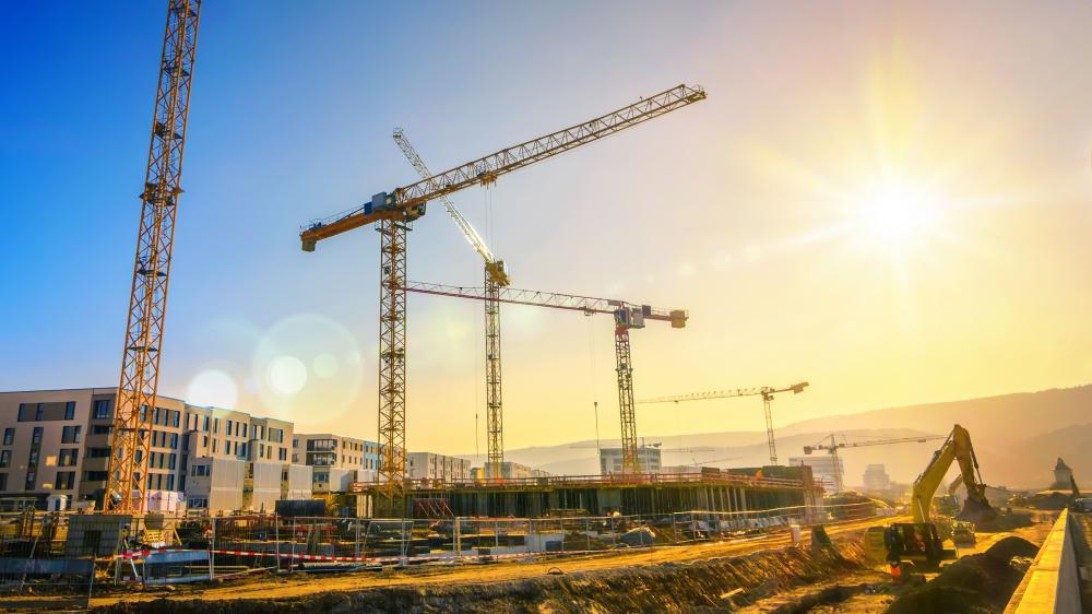 Dražbe: Zemljišča, na katerih se bo dalo graditi stanovanja, hiše, hotele ...