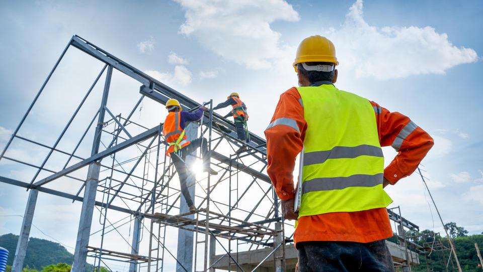 Na zavodu skoraj 80 tisoč brezposelnih; začelo se je zaposlovanje gradbenih delavcev