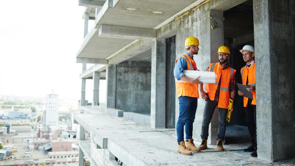 Junija najbolj zaposlovali v proizvodnji in gradbeništvu