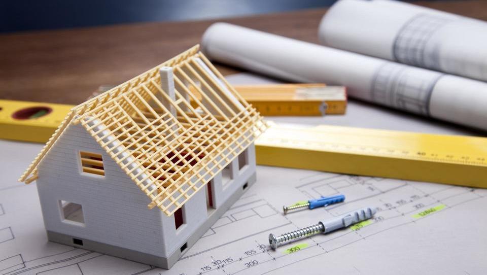 Primerljiva zidana hiša naj bi bila za okoli petino cenejša od lesene montažne