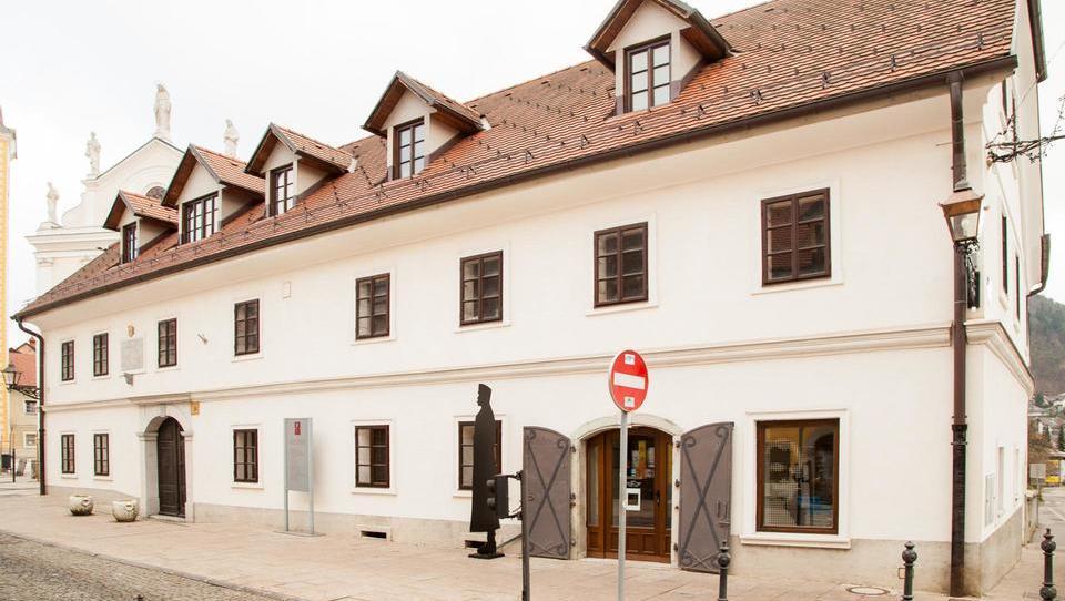 Rojstna hiša Rudolfa Maistra v Kamniku – pol prenovljena, pol v razpadanju