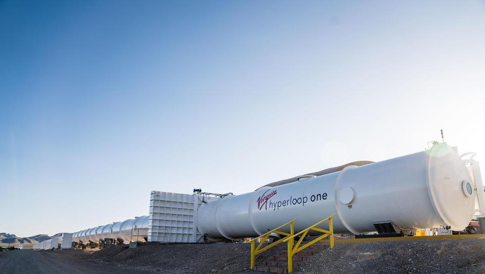 Richard Branson vlaga 430 milijonov evrov v razvojni center družbe Hyperloop One na jugu Španije