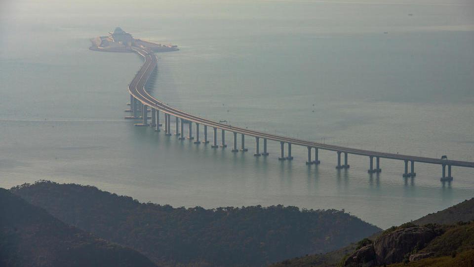 Kitajci odpirajo najdaljši most na svetu z dvoletno zamudo in z milijardnim aneksom