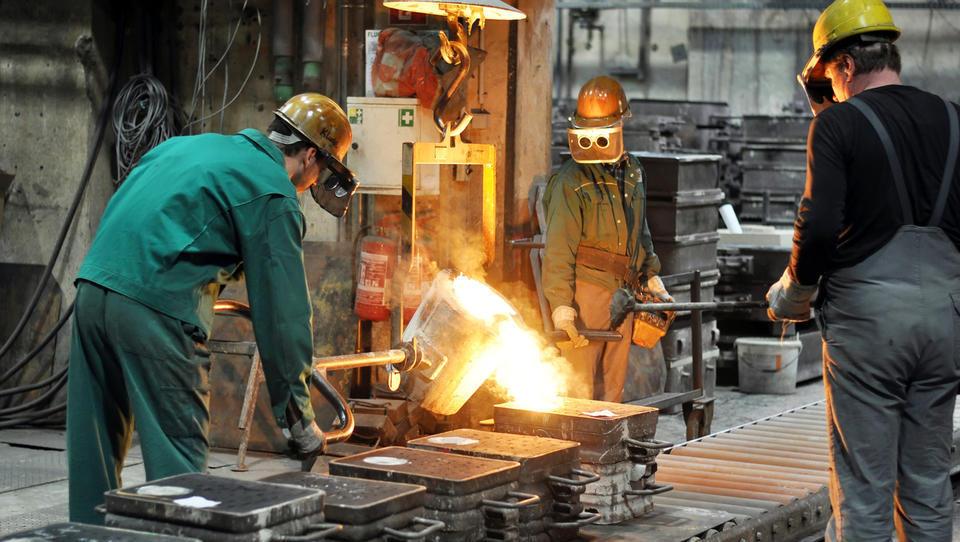 Julija največ zaposlovanja v gradbeništvu in proizvodnji