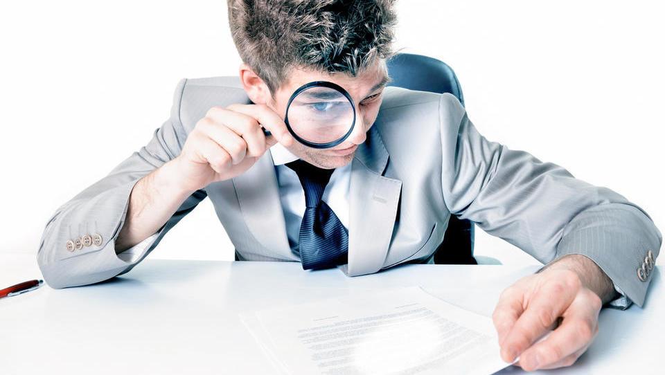 Davčni inšpektorji so se s polno paro vrgli na račune iz tujine. Koga mora skrbeti?
