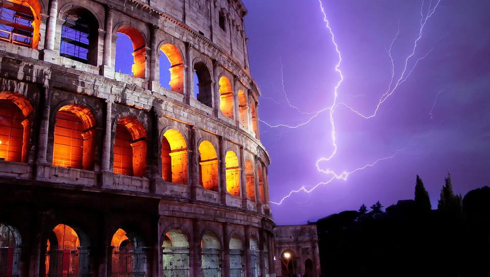 Cena za predčasne volitve v Italiji bi lahko bil višji DDV