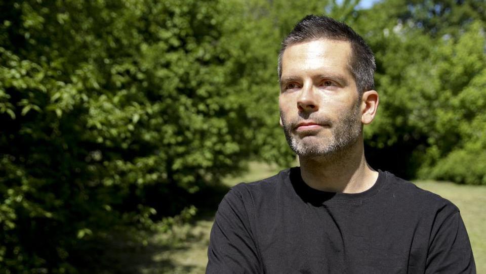 Kdo je slovenski rekorder v množičnem financiranju, ki verjame, da je hierarhijam odklenkalo