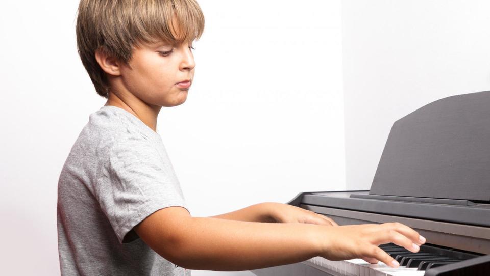 Mami, igral bi klavir! Mi plačaš šolanje?