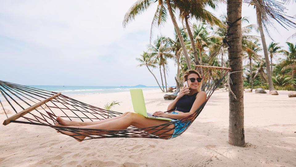 Mobilne storitve pred počitnicami: Česa lahko koristite več kot lani in kje bodite posebej pazljivi