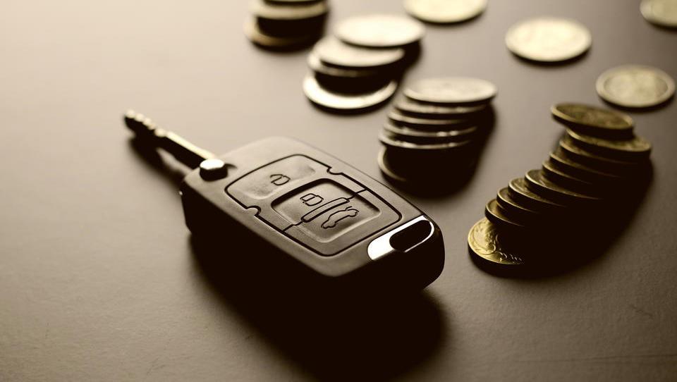 V pripravi nov davek na avtomobile, jih bo dražil ali cenil?
