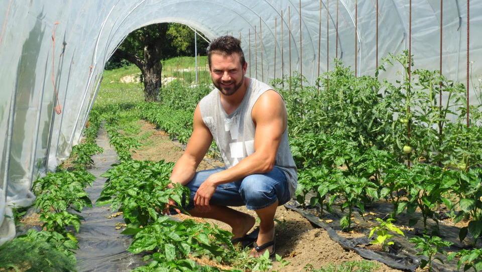 Inovativen mladi kmet Matic Vizjak se ukvarja s čiliji in čebelarstvom