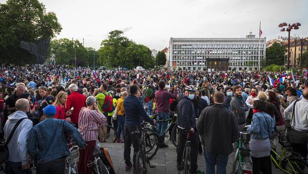 Vlada izdala odlok: zbiranje omejeno na 50 ljudi, tudi na shodih