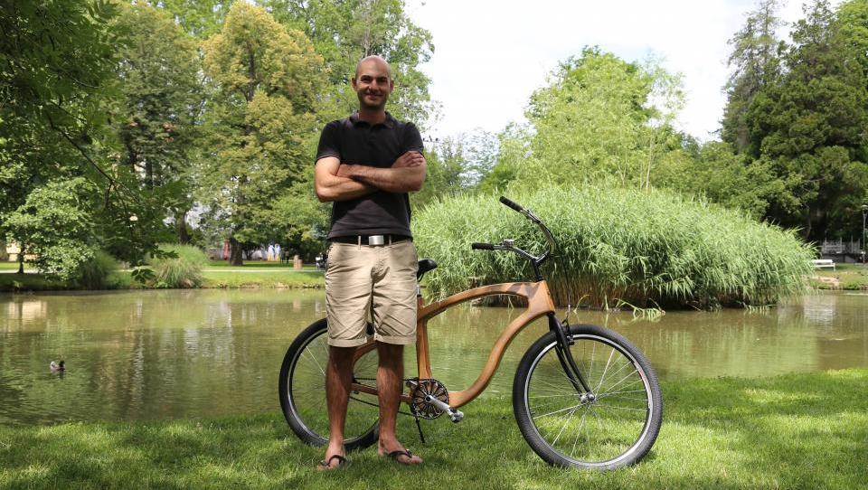 Na lesenem kolesu woodster vas bodo opazili vsi  v mestu