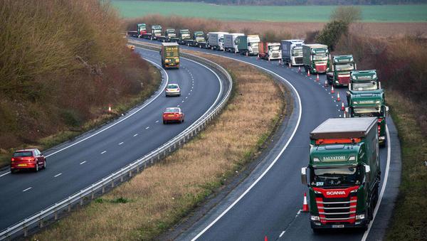 Brexit: na britanski meji dolge kolone tovornjakov – vrh EU: malo možnosti za dogovor, Johnson: trdi brexit zelo verjeten