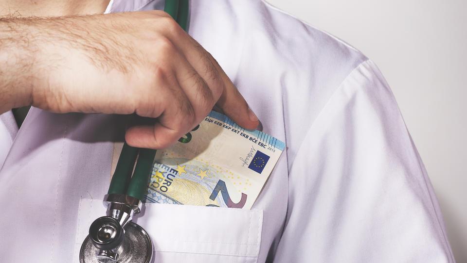 Umazani posli farmacevtov: Krka v korupcijski aferi v Romuniji