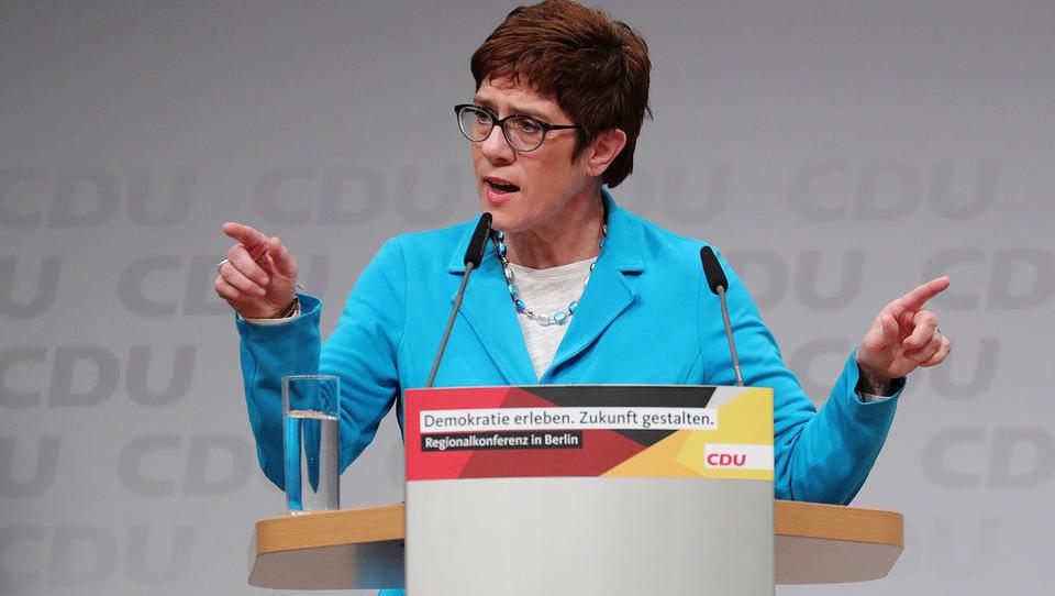 Merklovo na čelu krščanskih demokratov zamenjala Kramp-Karrenbauerjeva