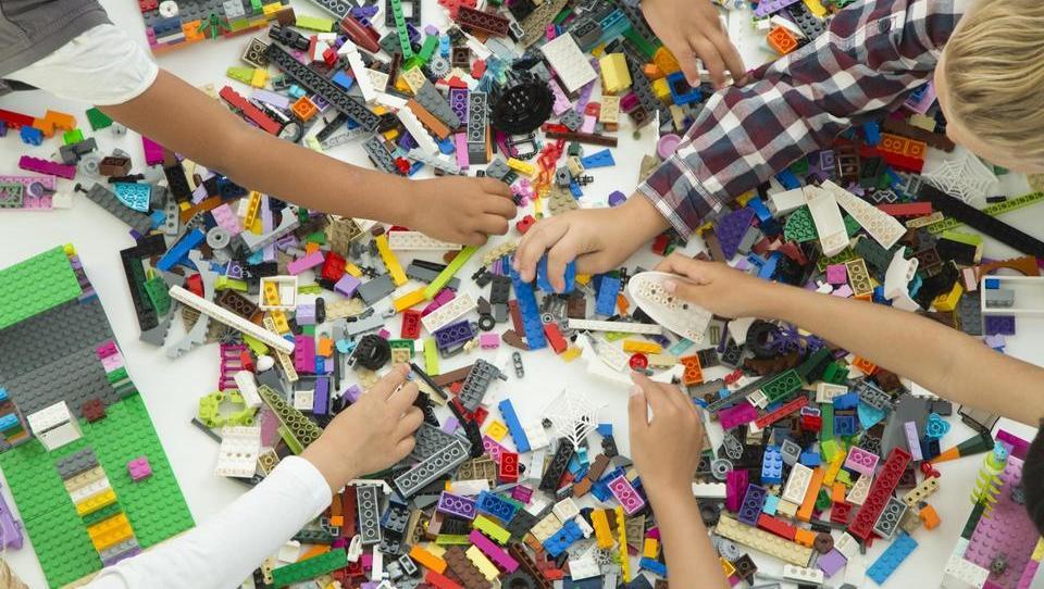 Lego na razpotju med tradicijo in digitalno prihodnostjo