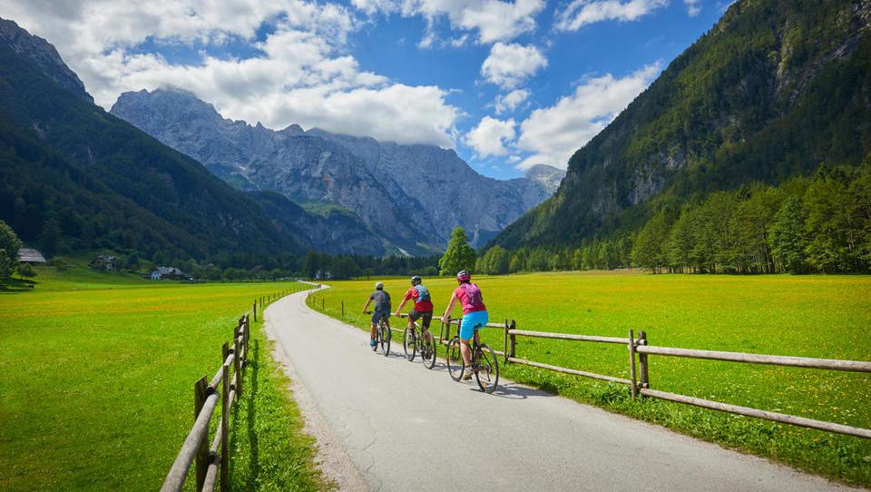 Občine, pozor: na voljo so posojila za razvoj infrastrukture in subvencije za kolesarske povezave