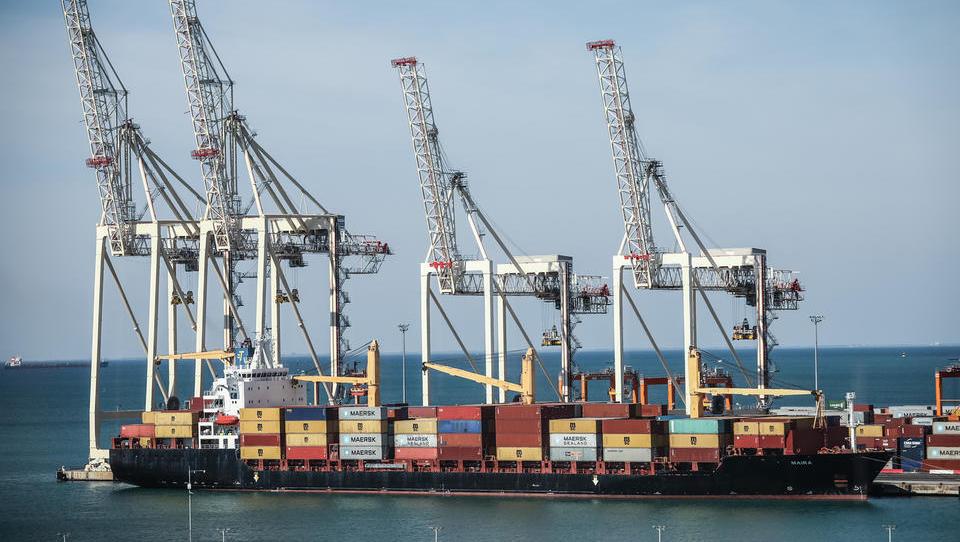 Slovenski izvoz in uvoz novembra na mesečni ravni nižja