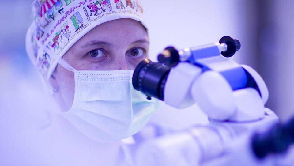 Kje si zdravniki operirajo dioptrijo?