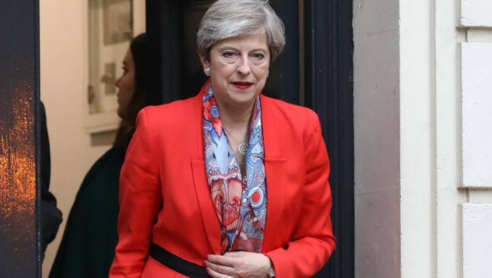 Britanska premierka se je želela z volitvami okrepiti, a je šibkejša