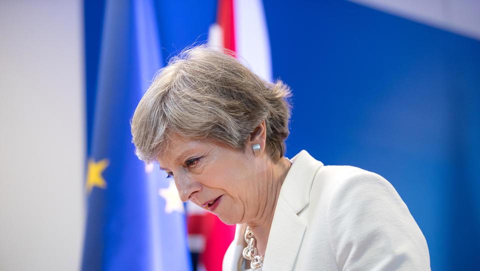 (video) Theresa May sestopa s strankarskega vrha, ne pa še z vrha vlade, britanski mediji obujajo trenutke, ki jih bo težko pozabiti