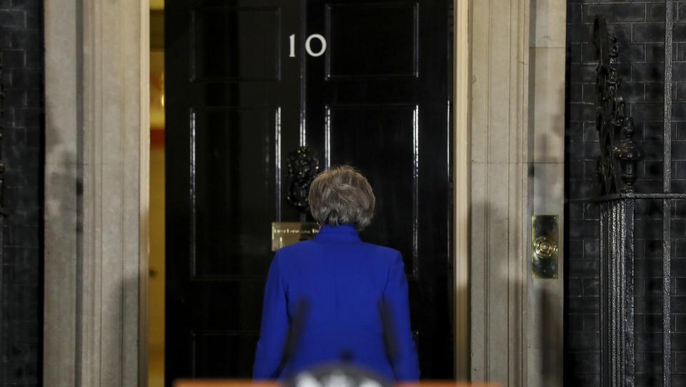 Pozor, zdaj: začel se je boj med konservativci, kdo bo nasledil premierko Mayevo na Downing Streetu 10