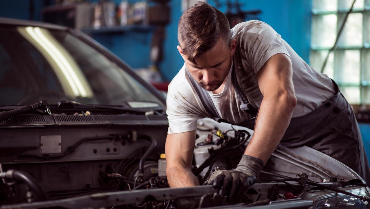 Kje servisirate avto v garanciji in kje ga zares morate?