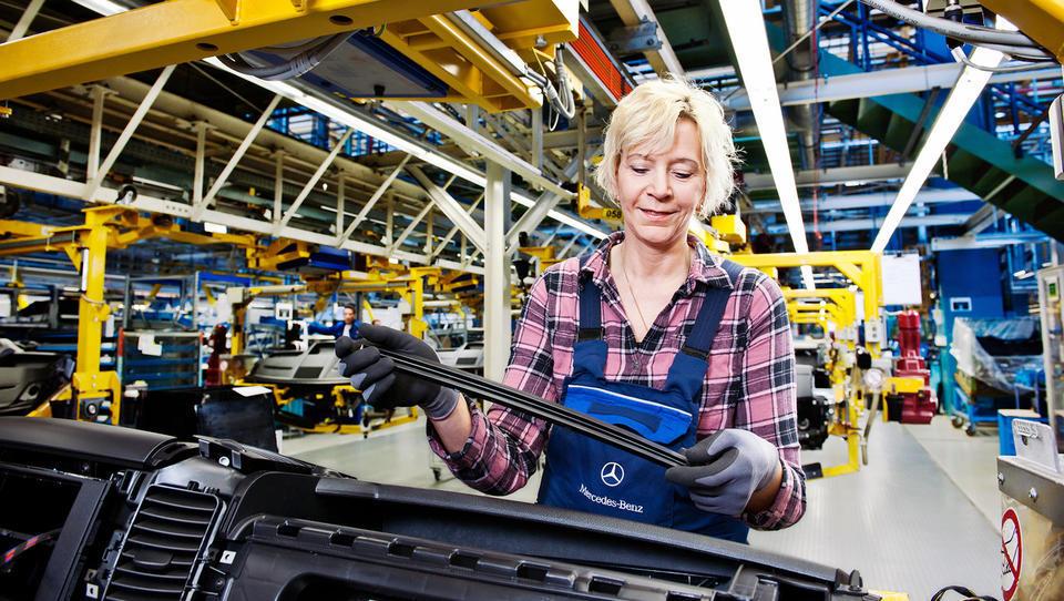 Daimler okrepil prodajo, a manj zaslužil